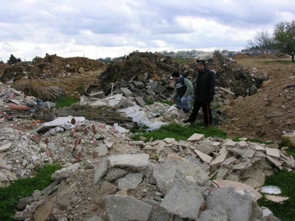 Sorpresi a scaricare rifiuti edili in un terreno.